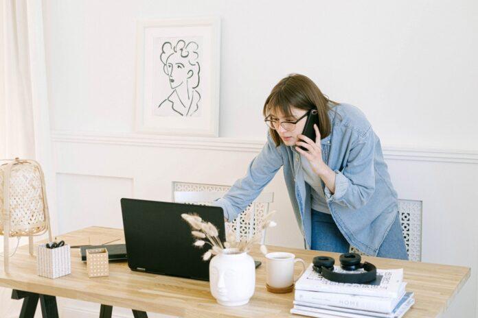 praca zdalna przy komputerze